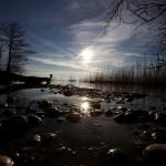 Photo du lac de Neuchâtel en contre jour